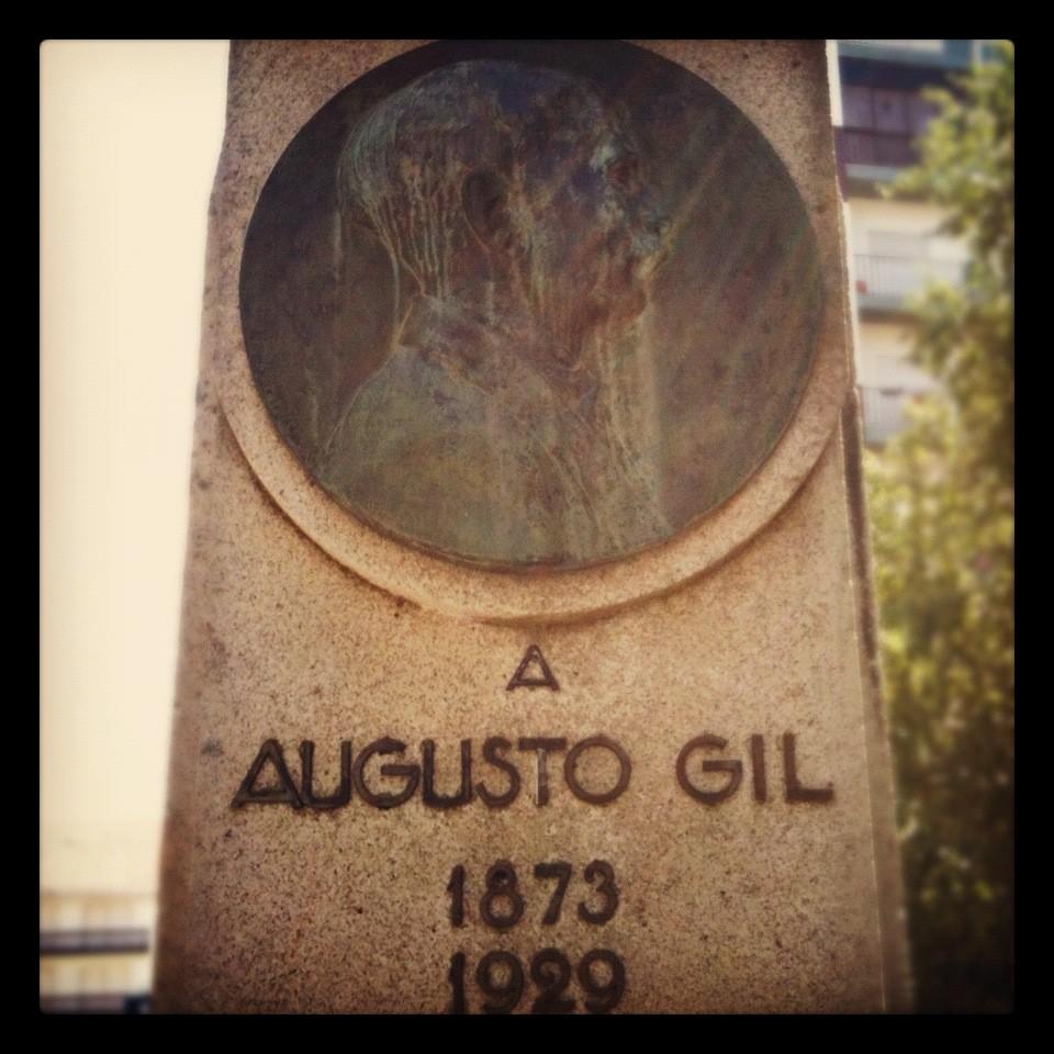"""Augusto Gil - O poeta que estudou direito em Coimbra, mas viveu quase toda a vida na Guarda, escreveu um dia """"Batem leve, levemente, / como quem chama por mim. / Será chuva? Será gente?/ Gente não é, certamente e a chuva não bate assim"""""""