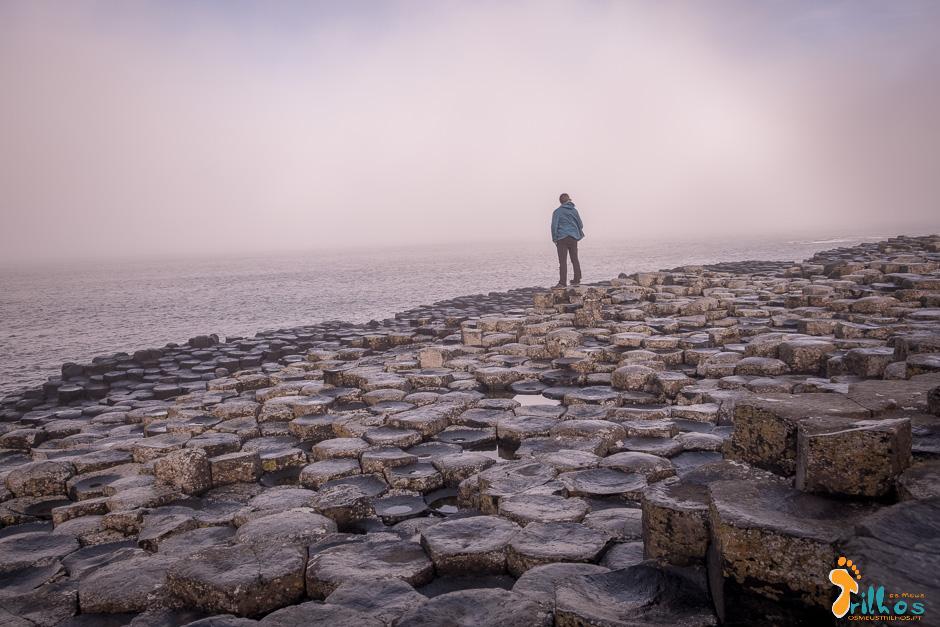 A Calçada do Gigante, na Irlanda do Norte,  às primeiras horas da manhã, ainda envolta pelo nevoeiro matinal