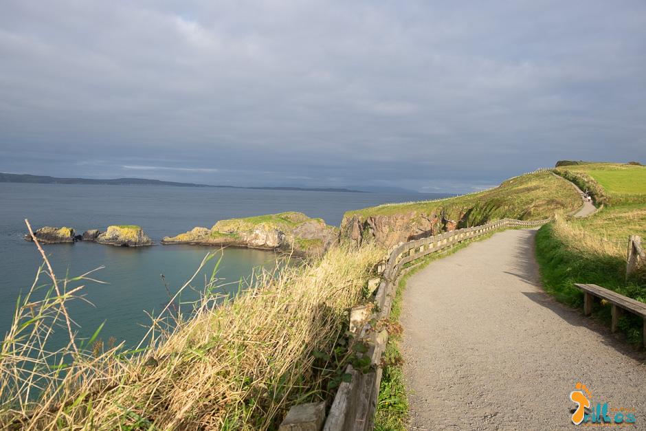 Percurso pedonal até à  Carrick-a-Rede Rope Bridge, Na causeway Costal Route (Irlanda do Norte)